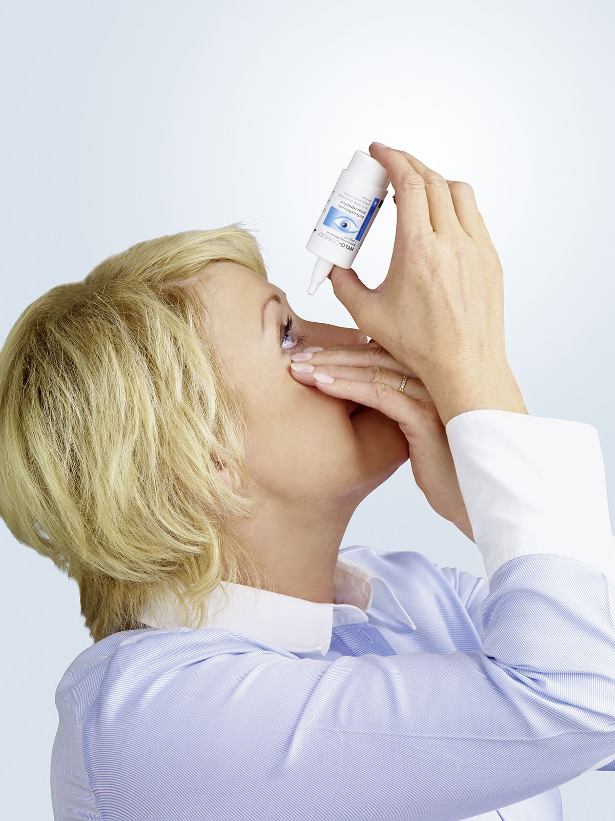 3. Håll flaskan över ögat och tryck